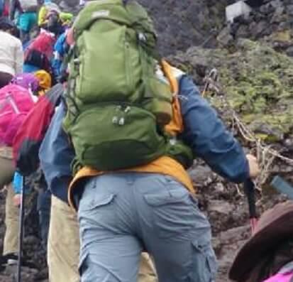 登山でパッキングをし直した重いザック