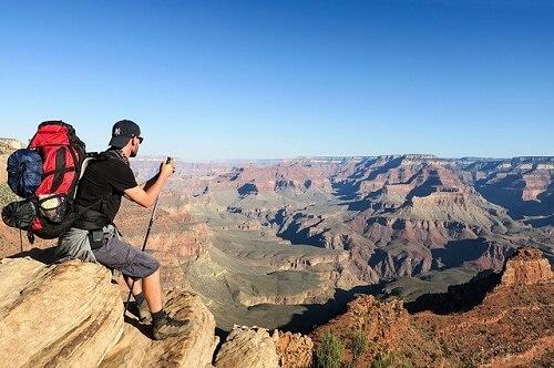 サングラスをかけている男性が登山をしている