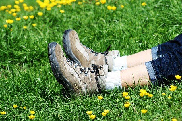 トレッキング中休憩のときの足のアップ ピクサベイ