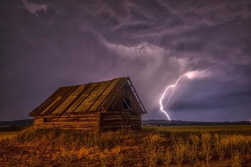 嵐の山 雷が小屋の近くに落ちている画像