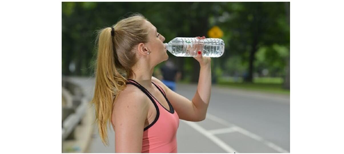 スーパーデリオスで浄水した水を飲む女性