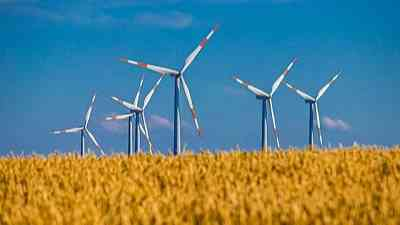 山の天気の風で良く回る風車
