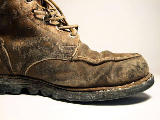 ボロボロの革の登山靴を横からみたところ