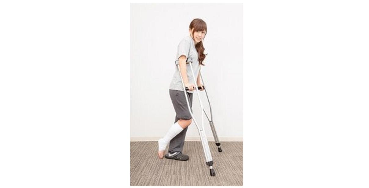 捻挫をして松葉杖をついている女性