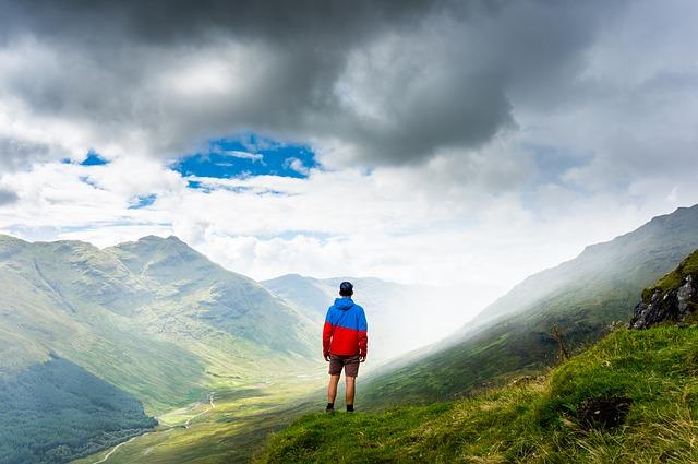夏の山に男性が1人で立っている