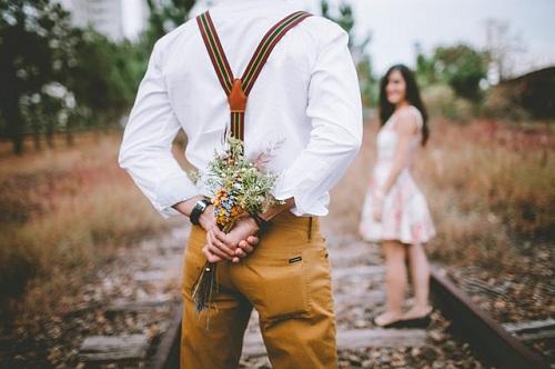 女性に花をプレゼントする男性