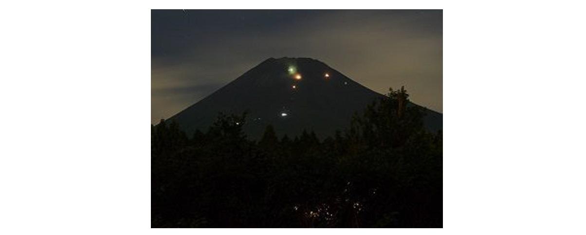 富士山 未明弾丸登山のライトの光