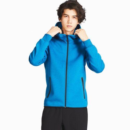UNIQLOドライストレッチフルジップパーカ(青)を若い男性が着ている