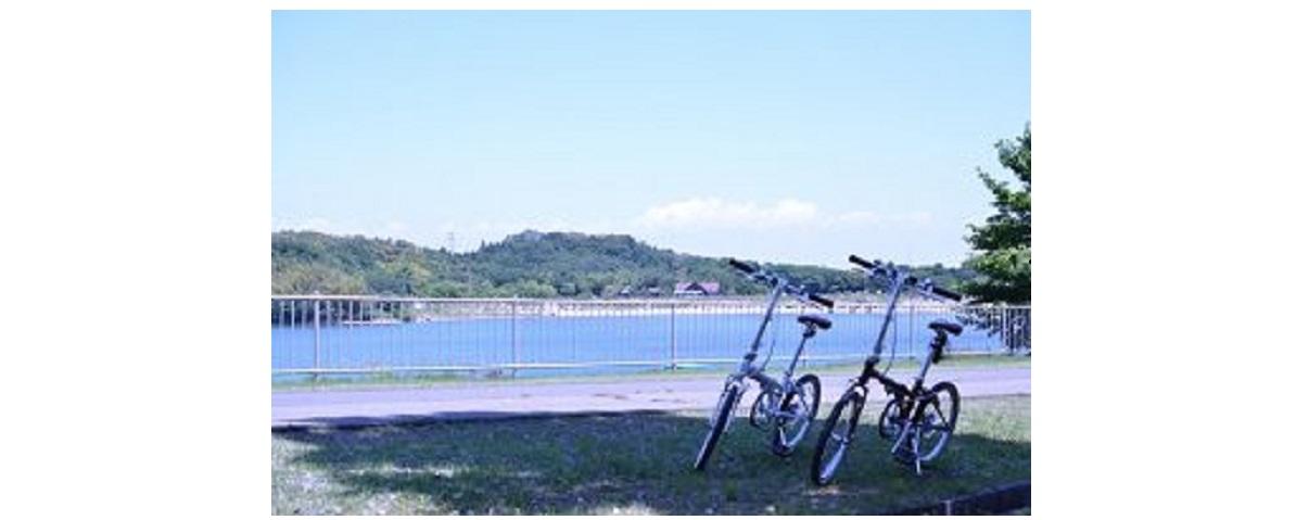 湖畔に自転車が2つ