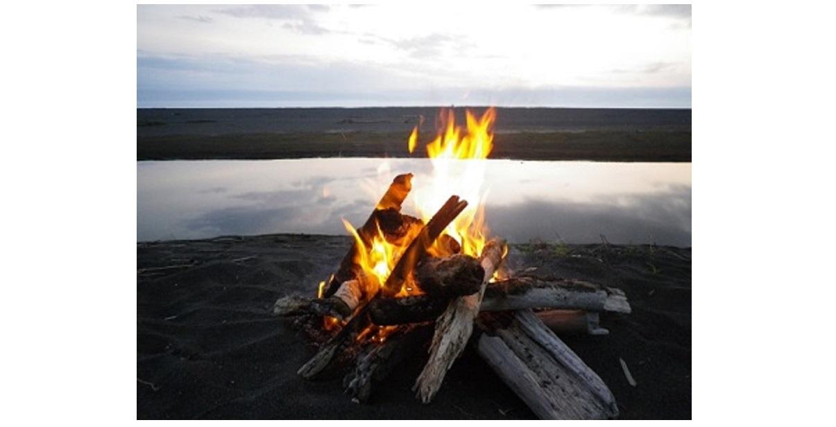 川の脇で焚き火