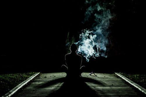 シークエンスはやともの怪談話 暗いところで人から煙のようなものが出ている