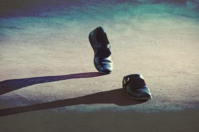 シークエンスはやともの生霊のイメージ 人が履いていない靴が勝手に歩いている