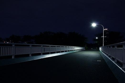 シークエンスはやともの怖い話に出てくる夜道暗がりの街灯