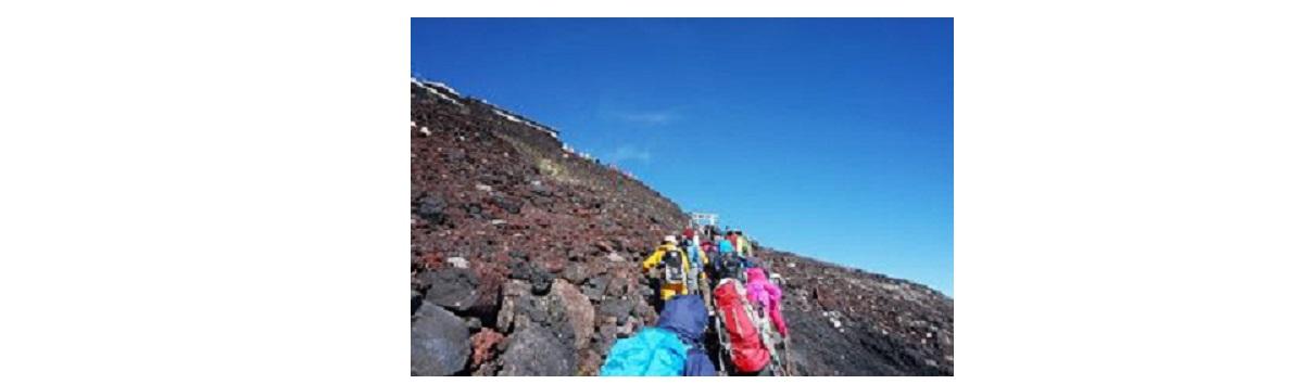 富士山を登っている人々