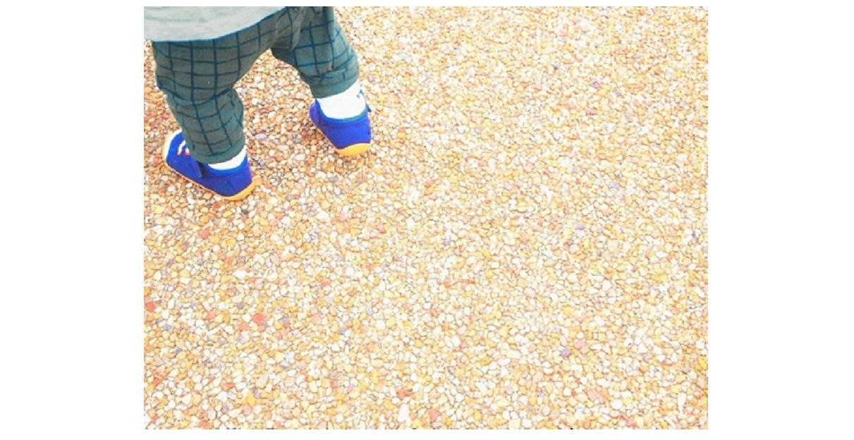 歩いている赤ちゃんの足