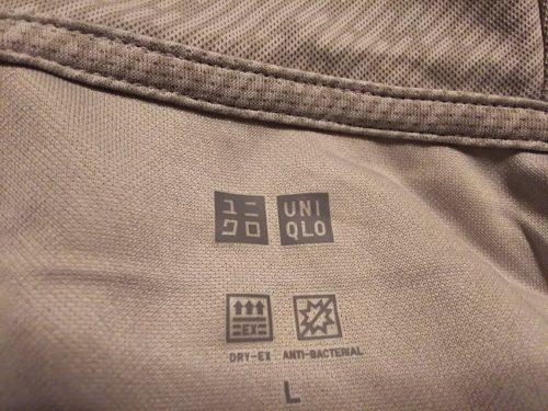 ユニクロEXパーカ 首のロゴアップ