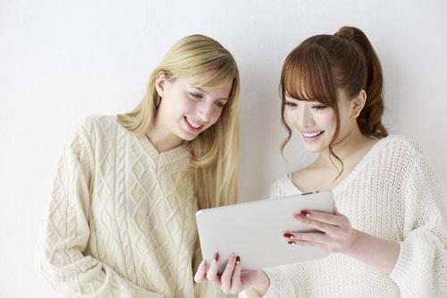 タブレットを見る女性2人