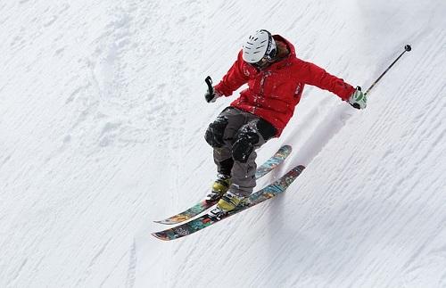 helmetを被っている人がスキーで滑っている