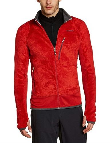 赤いパタゴニアR2ジャケットを若い男性が着ている