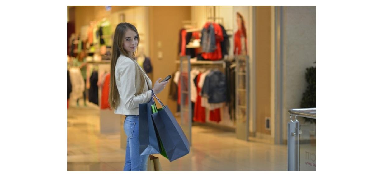 ユニクロスポーツ取扱店でショッピングをするきれいな女性