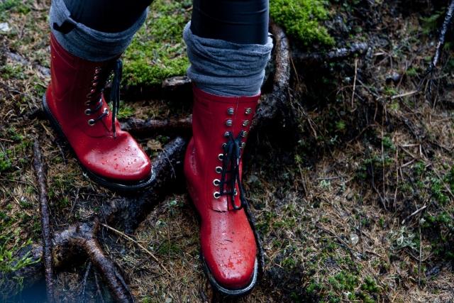 赤い長靴で沢を歩く