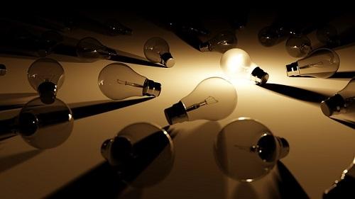 何個も電球 1つが光っている