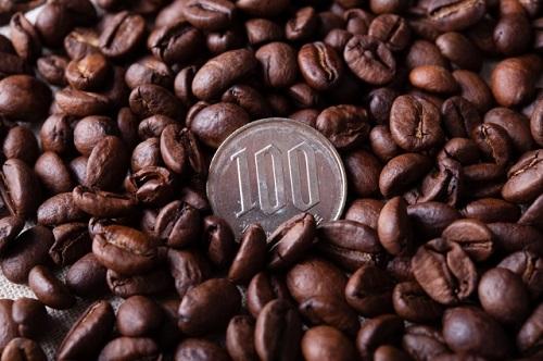 コーヒー豆に100円玉がうもれている