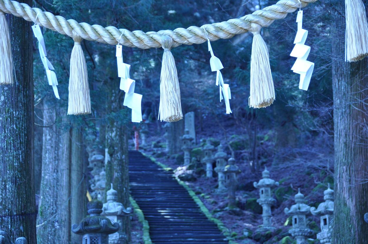 英彦山 登山のしめ縄と階段