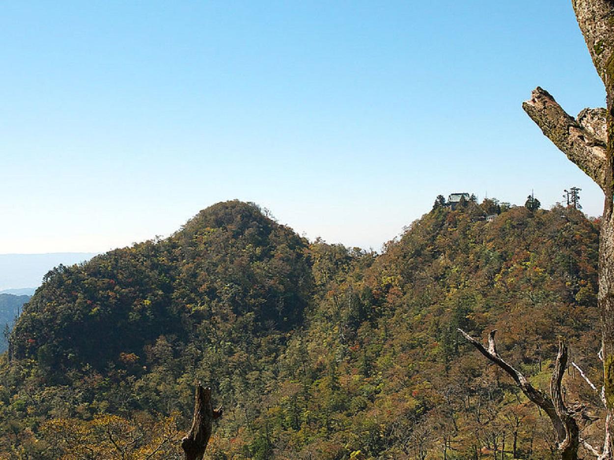 英彦山北岳から望む中岳(右)と南岳(左)