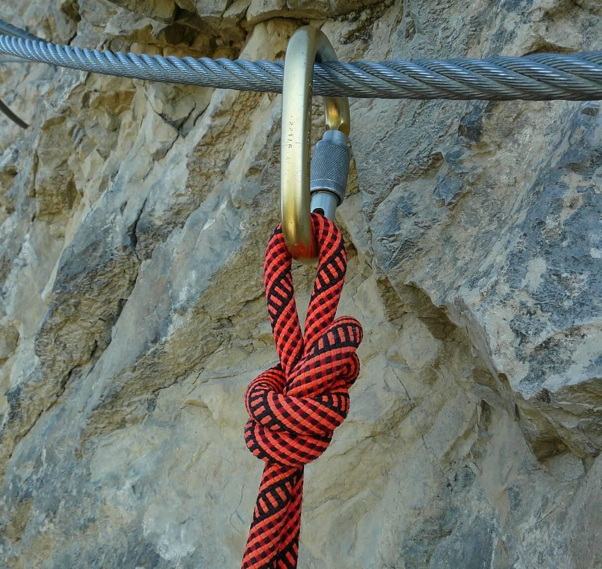 登山の持ち物のロープとカラビナ
