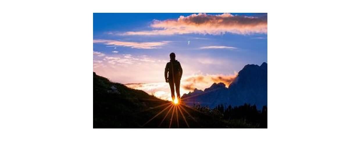 ソロで登山をする男性