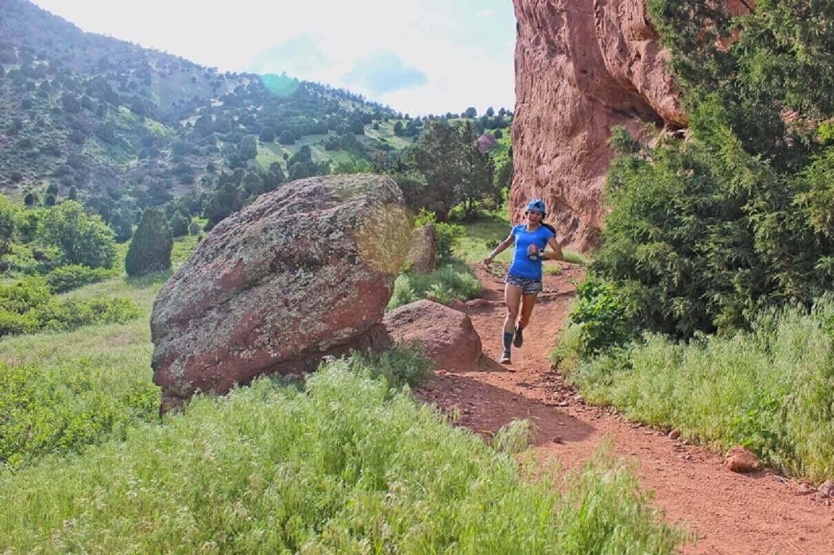 トレランシューズ ロード兼用靴を履いて荒野をトレイルランニングする女性
