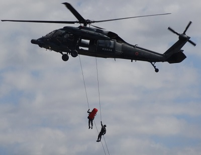 ヘリコプターから懸垂下降で救助中