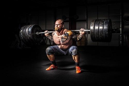 ジェットボイルが重いことをイメージさせる 重量挙げの男性の画像