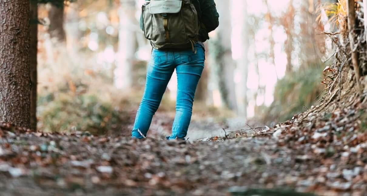トレッキングパンツ ノースフェイスアイテムを着た女性