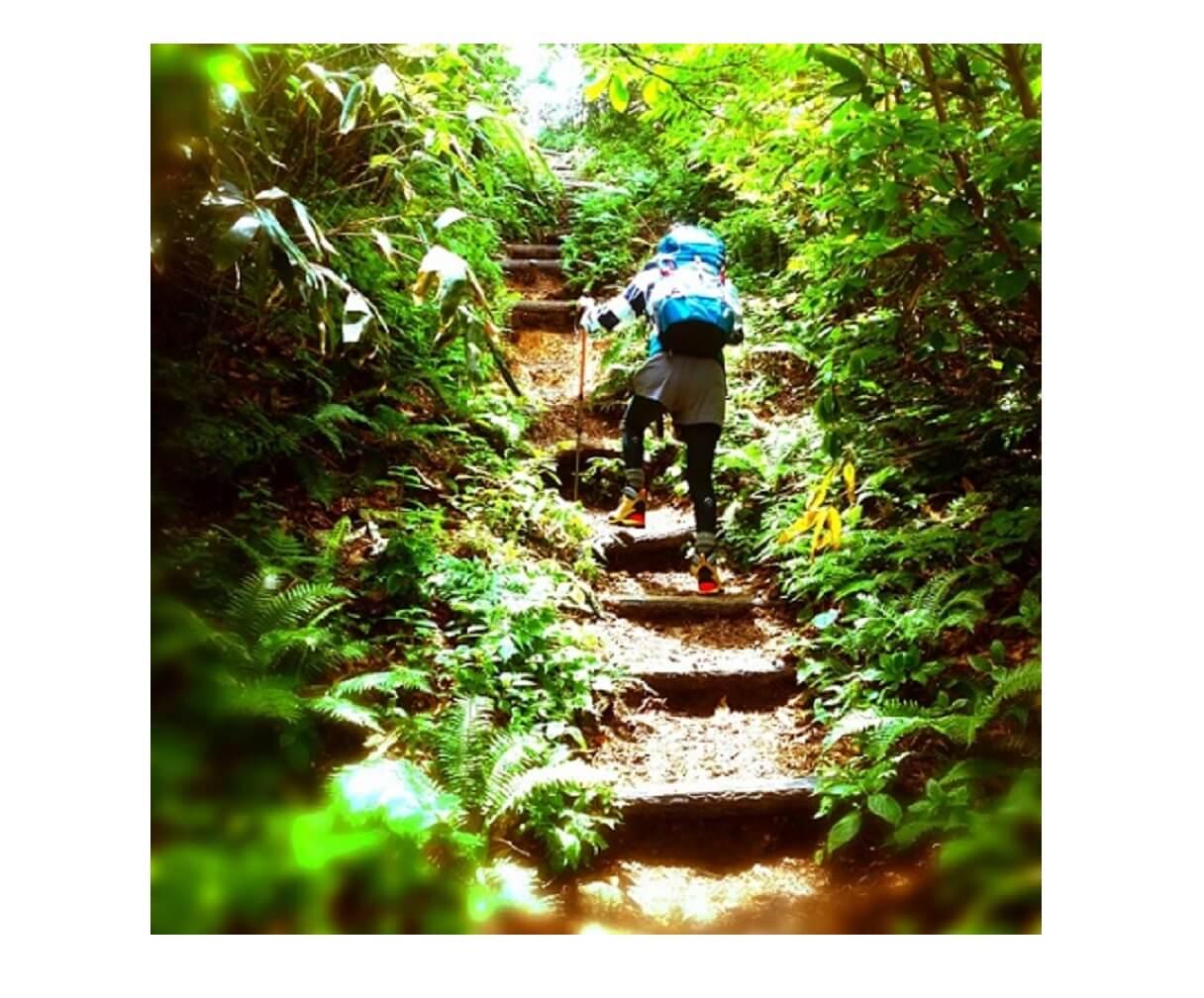 コロンビアのリュックを背負って階段を登る
