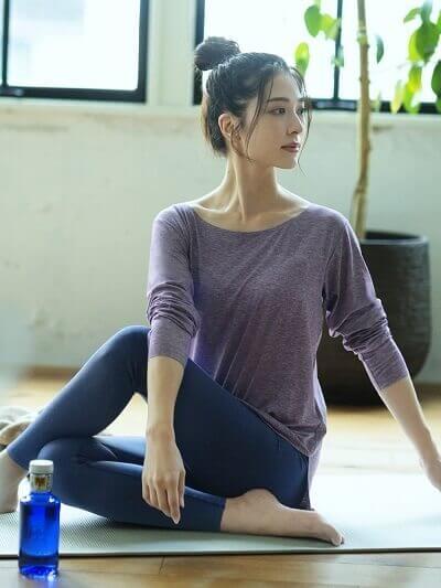 ユニクロ エアリズムソフトレギンスを着て運動をしている女性 レディース用