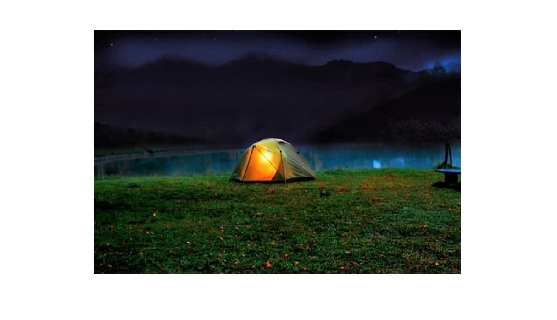 夕方の湖畔にテントが1つ立っている