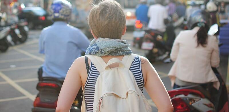 ユニクロリュック コーデでベージュのオシャレなバックバックを背負っている女性