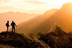 山岳会の登山をしている男女