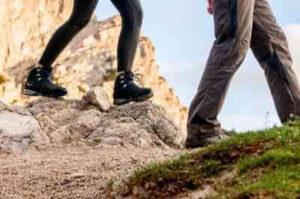登山サークル でトレッキングをする男女