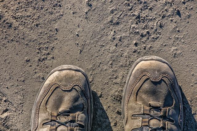 地面と古い登山靴