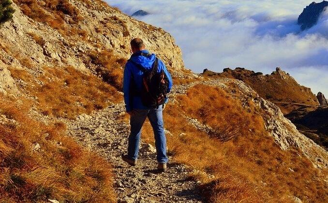 じょうずに登山でパッキングをして歩く男性