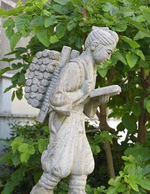薪集めをしている二宮金次郎の銅像