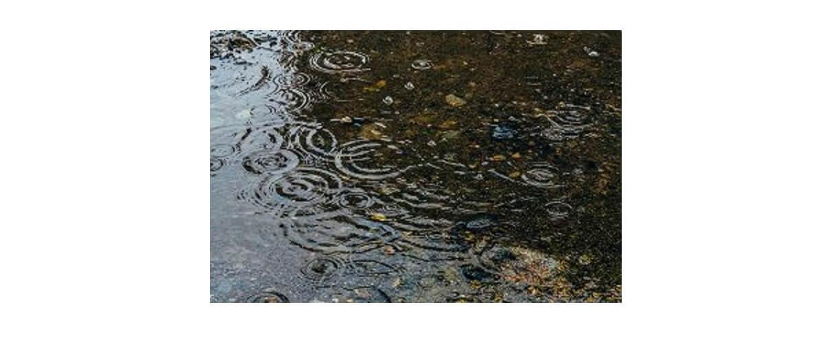 登山レインウェアの説明に必要な雨のイメージ