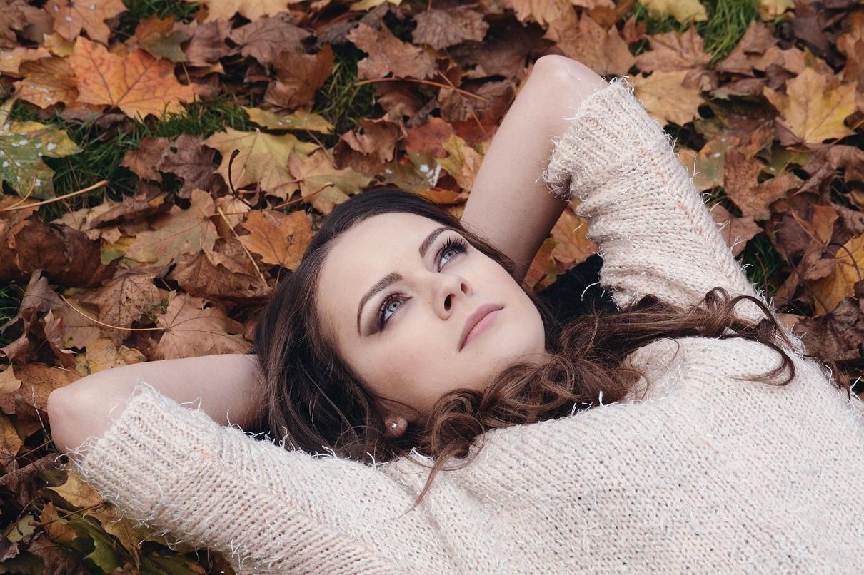 秋の山に寝転ぶきれいな女性 ピクサベイ