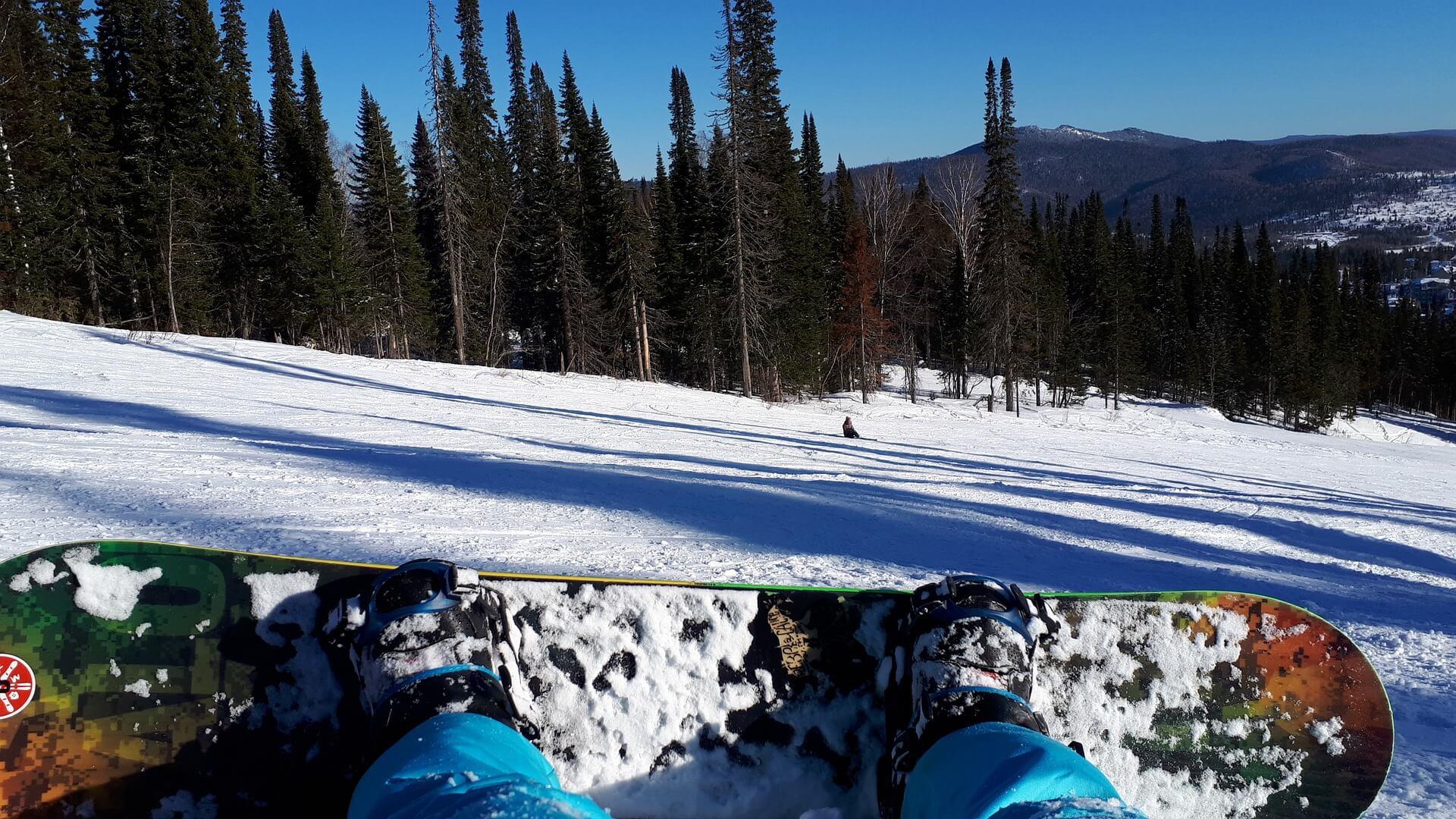 バラクラバを着用してスノーボードをする人