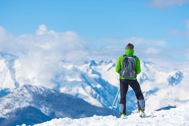 登山ウェアの選び方をしっかりして冬山に挑んでいる様子