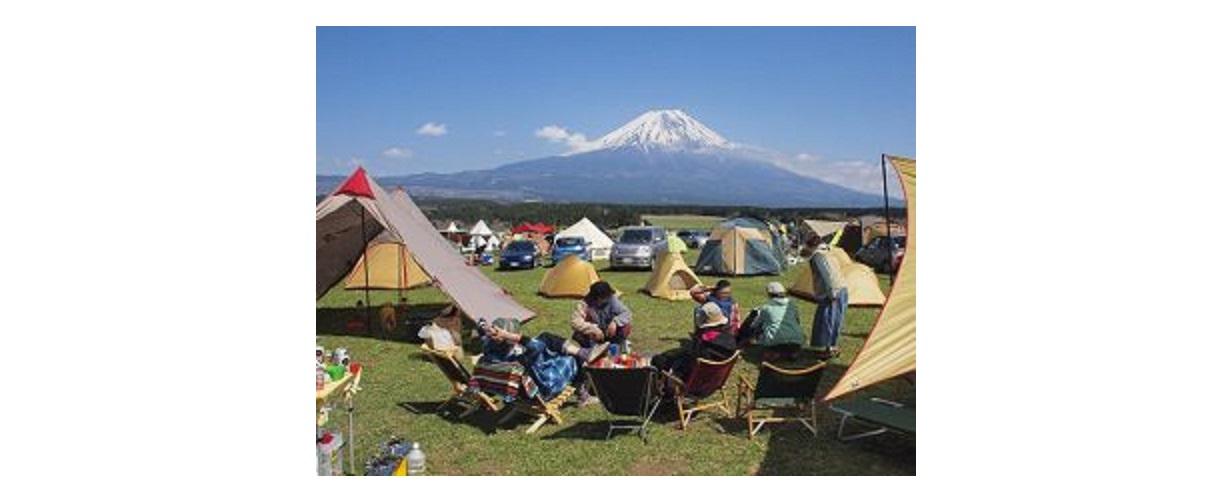 富士山の下でキャンプをしている人達
