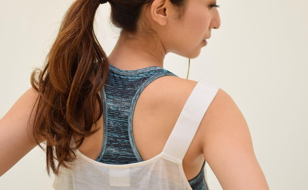 登山のブラを女性がつけている背面画像
